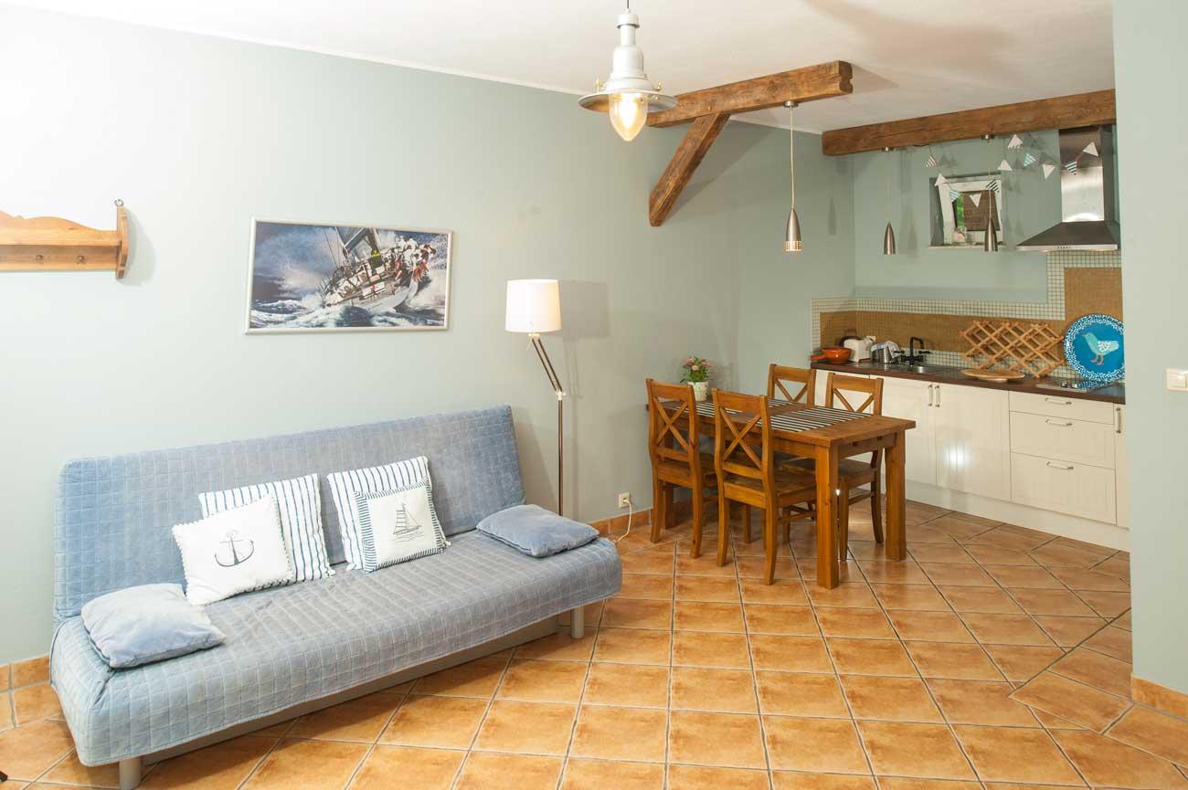 Tani apartament Muszelka wnętrze pokoju i kuchnia