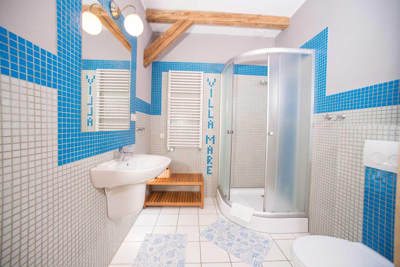 Wygląd łazienki w Apartamencie Muszelka , w Pensjonacie Villamare w Kołobrzegu