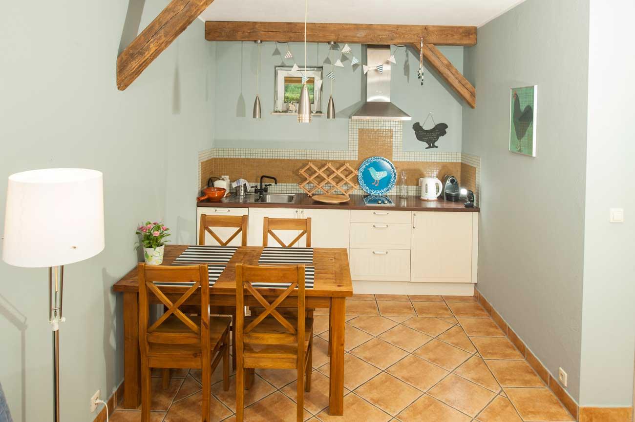 Tani apartament Muszelka widok na aneks kuchenny , w Pensjonacie Villamare w Kołobrzegu