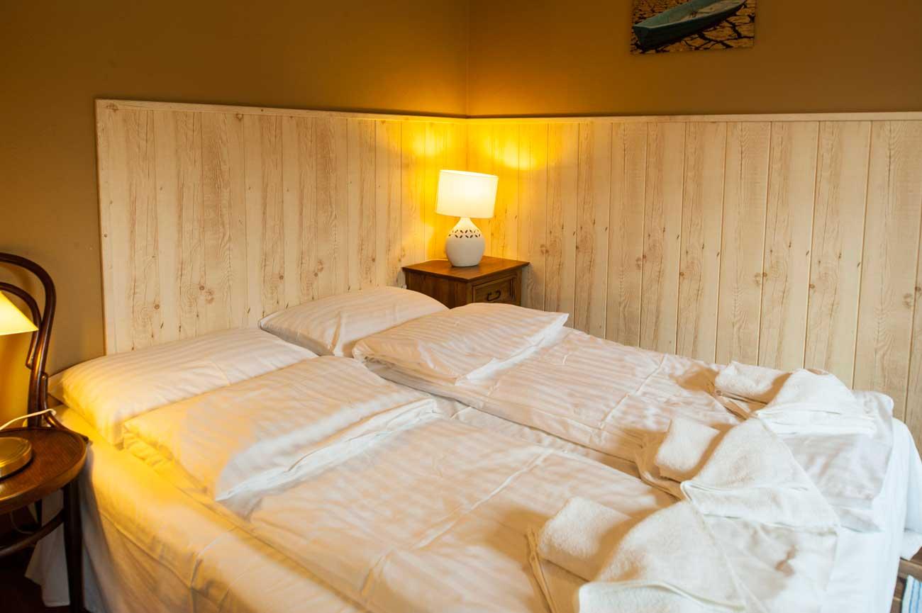 Łóżko w sypialni w Apartamencie Muszelka , w Pensjonacie Villamare w Kołobrzegu