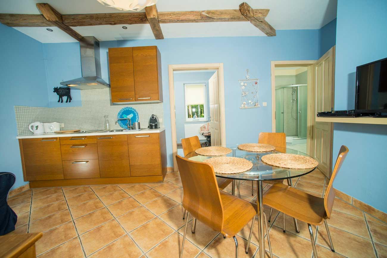 Aneks kuchenny i widok na pokoje w Apartamencie Pirania