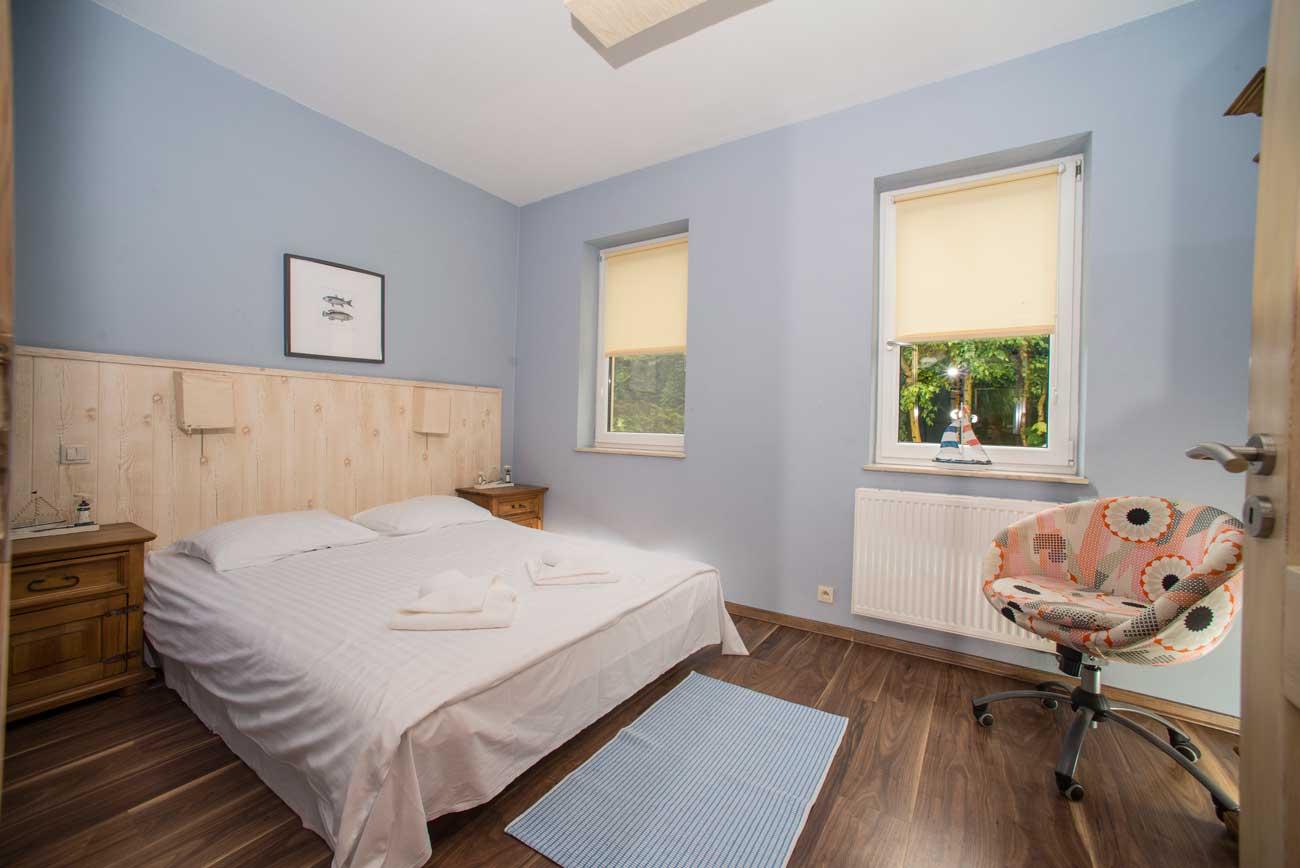 Łóżko w sypialni w Apartamencie Pirania , w Pensjonacie Villamare w Kołobrzegu