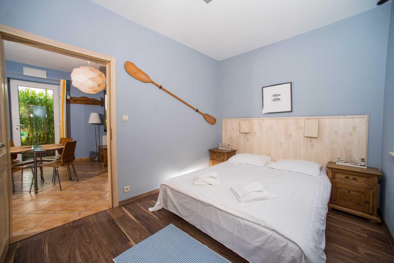 Widok na sypialnię i salon w Apartamencie Pirania