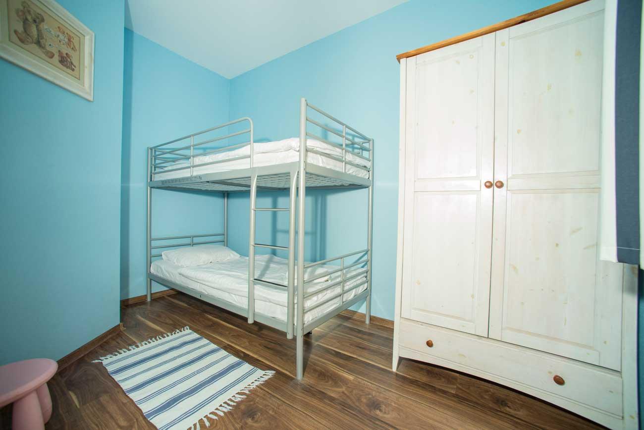 Piętrowe łóżko i szafa w Apartamencie Pirania , nad morzem