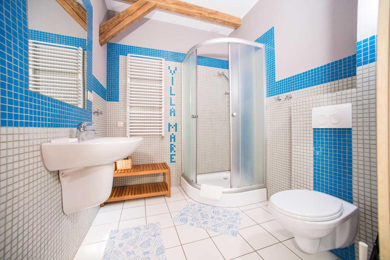 Widok na prysznic w Apartamencie Pirania , w Pensjonacie Villamare w Kołobrzegu