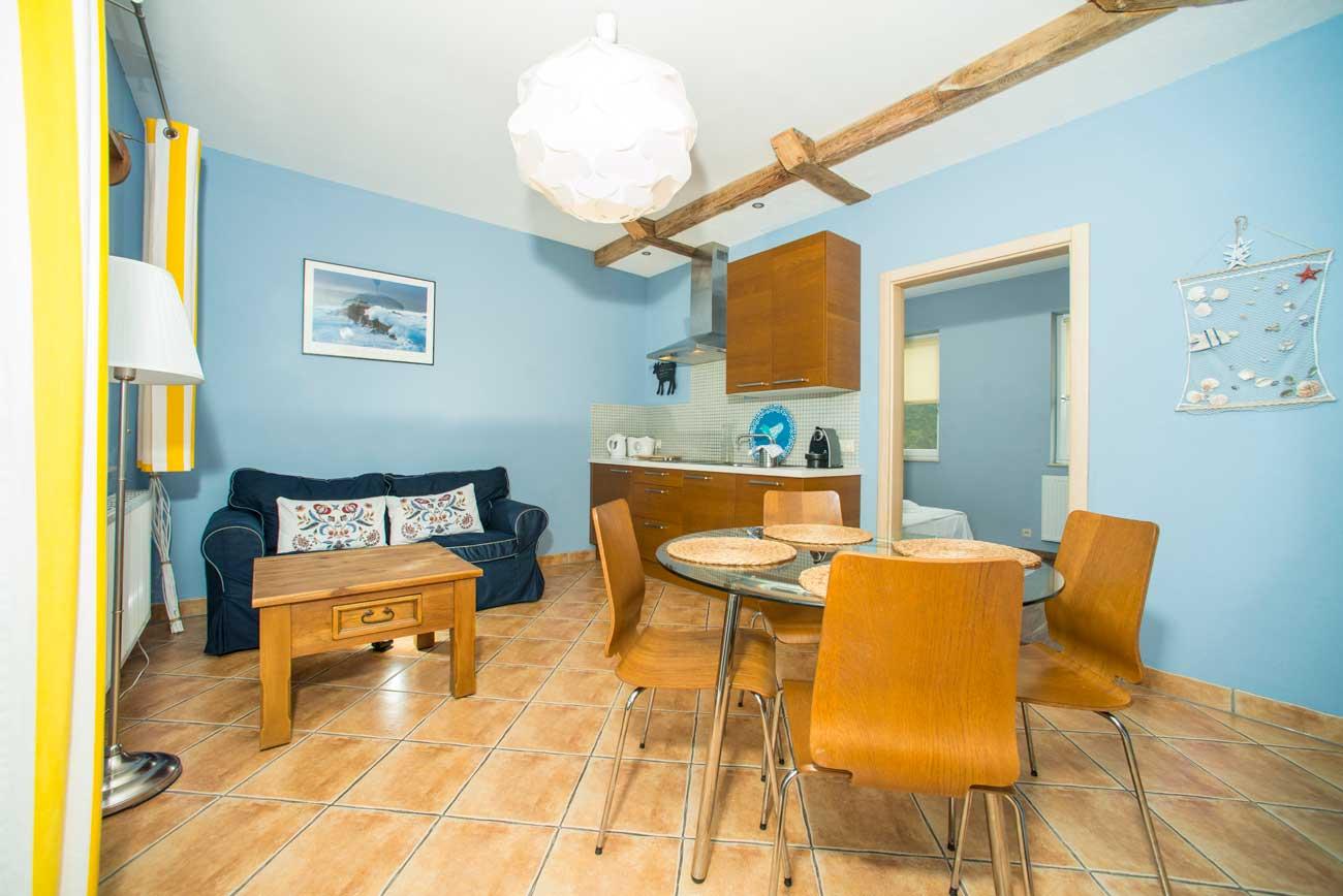 Tani apartament Pirania widok na aneks kuchenny , w Pensjonacie Villamare w Kołobrzegu