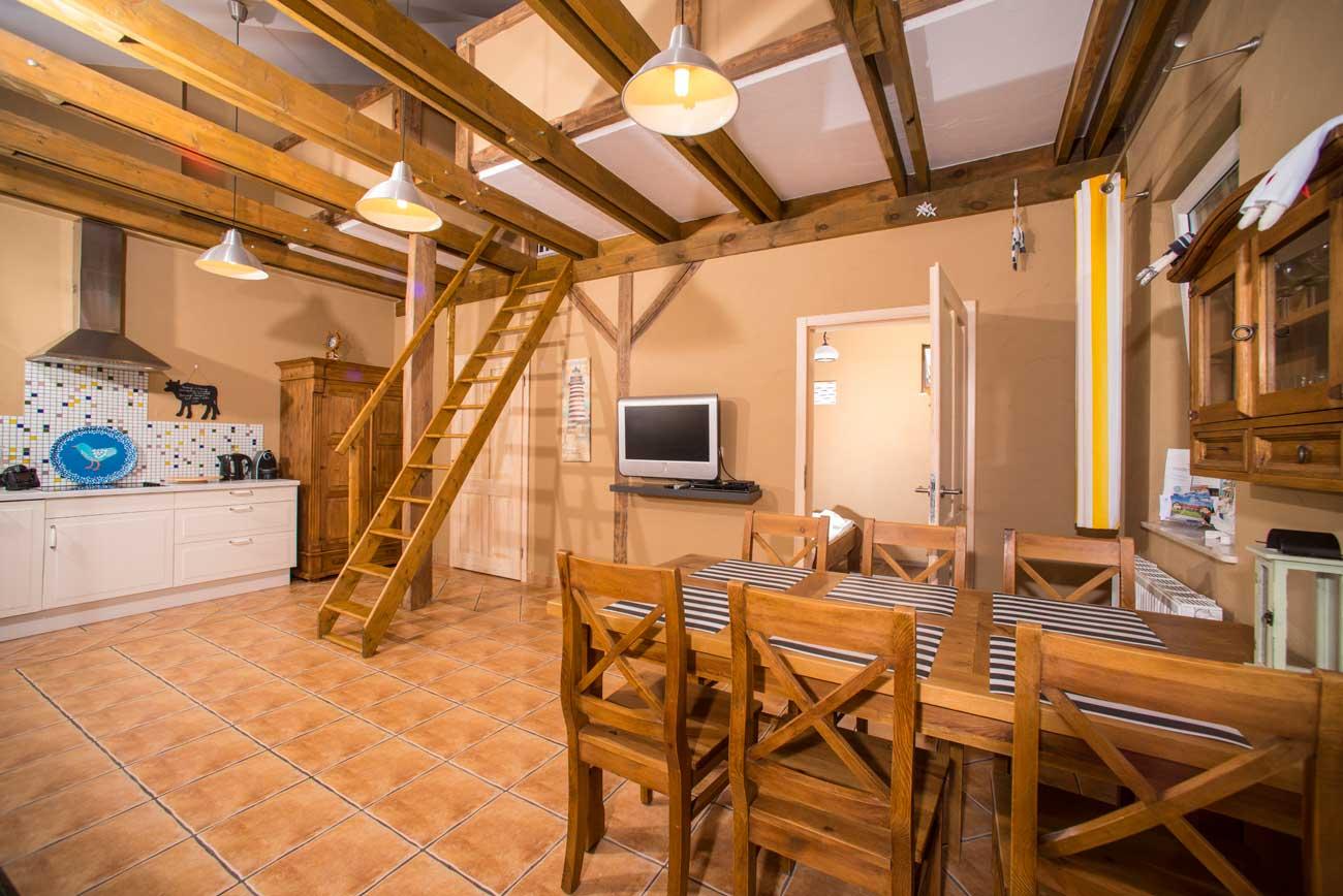 Schody i stół Tani apartament Róża Wiatrów