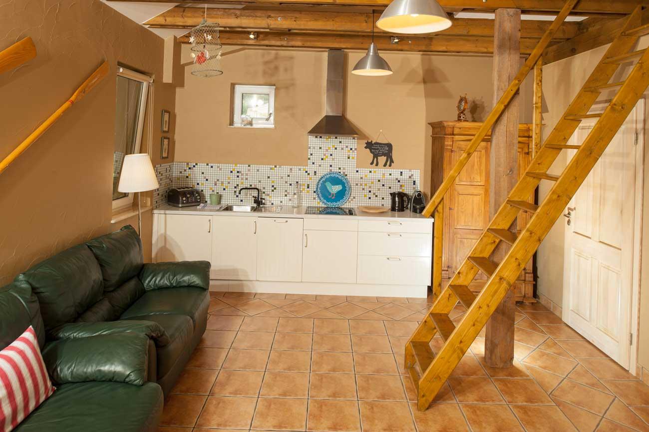 Tani apartament Róża Wiatrów schody na antresolę