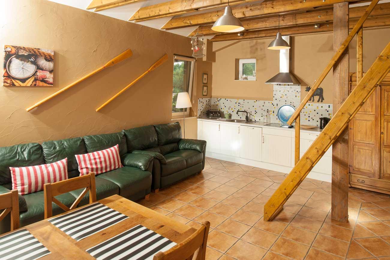 Kuchnia i salon w Apartamencie Róża Wiatrów , w Pensjonacie Villamare w Kołobrzegu