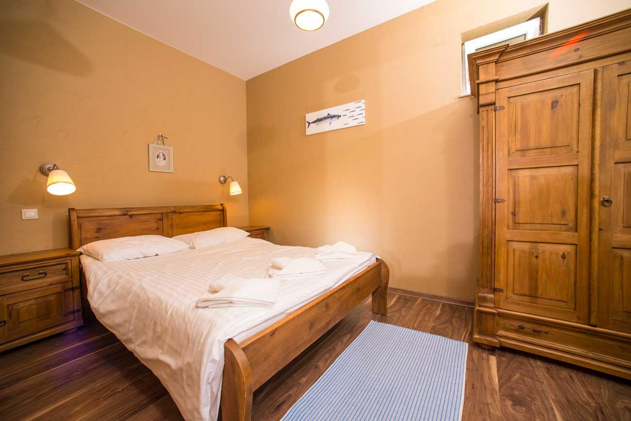 Tani apartament Róża Wiatrów widok na sypialnię