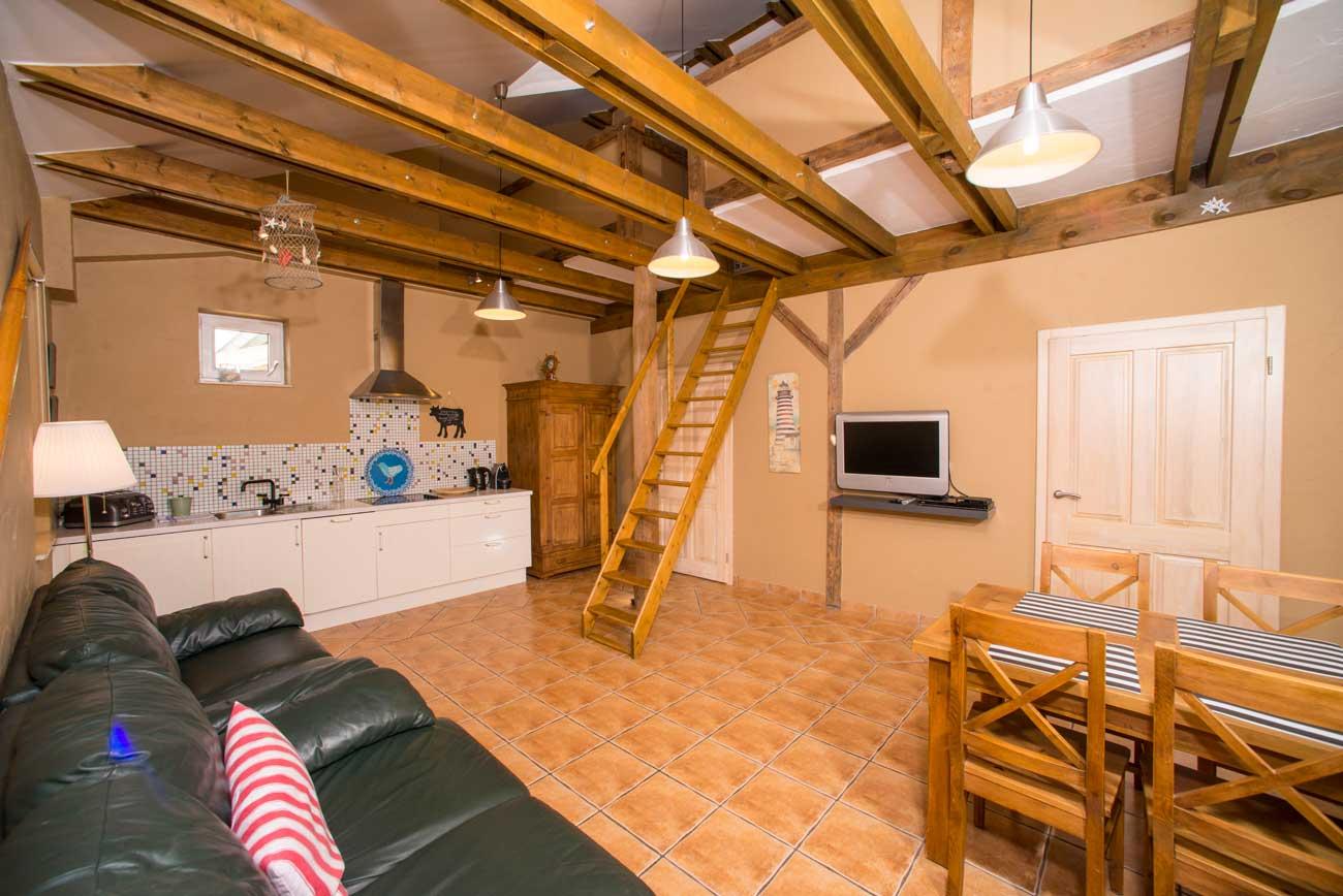 Kuchnia i schody Tani apartament Róża Wiatrów , do wynajęcia