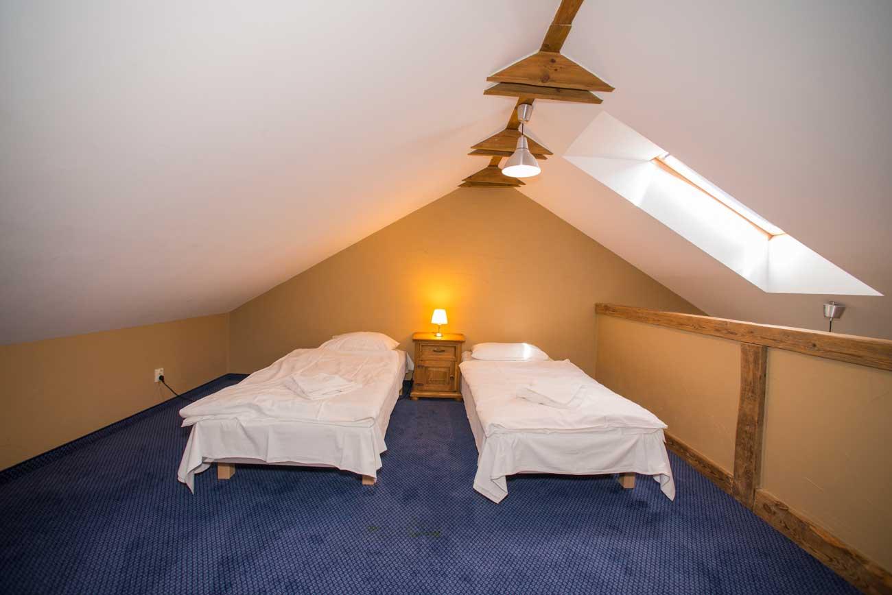 Łóżka na antresoli Tani apartament Róża Wiatrów , w Pensjonacie Villamare w Kołobrzegu