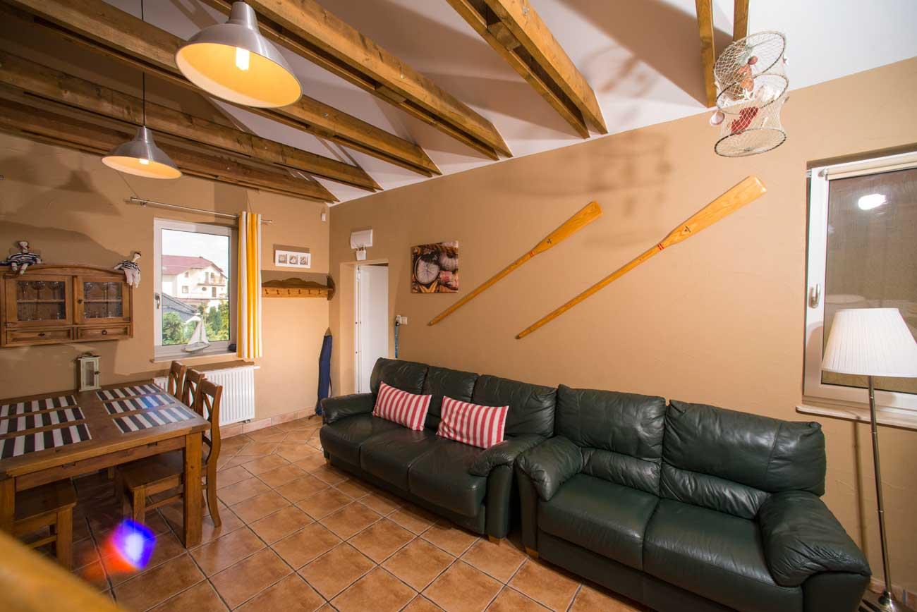 Tani apartament Róża Wiatrów wiosła w salonie