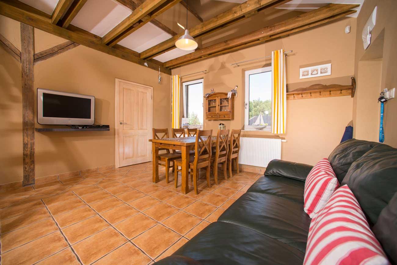 Salon i kanapa Tani apartament Róża Wiatrów