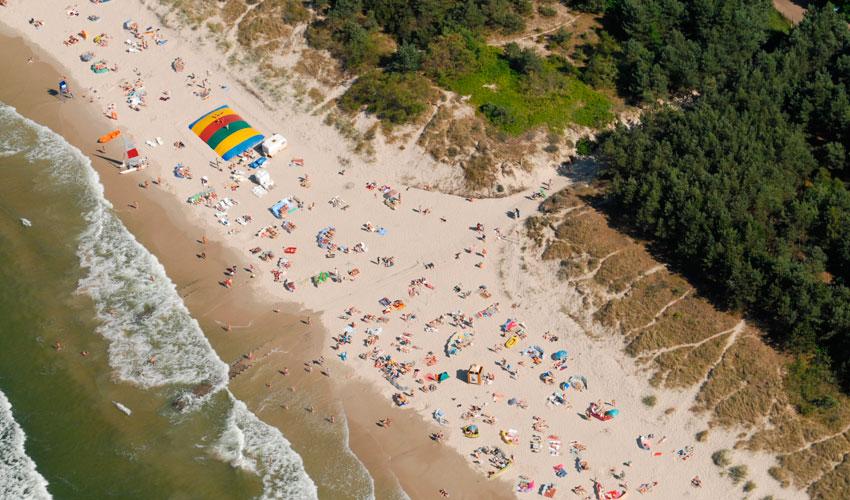 plaża wypełniona turystami na majówce nad morzem